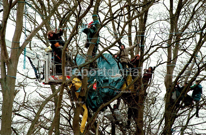 Eco warriors protesting against the building of the Newbury bypass being removed from their treetop dwellings and walkways in the forest by sheriff bailiffs - John Harris - 1996-03-01