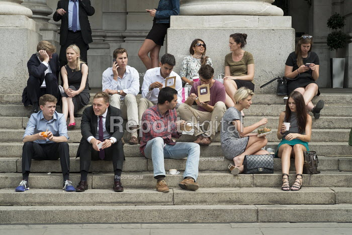 City workers lunch break on the steps, Royal Exchange, Threadneedle Street, City of London. - Philip Wolmuth - 2016-08-18