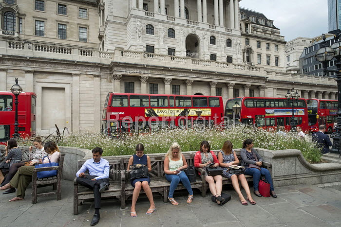 City workers lunch break, Bank of England, Threadneedle Street, City of London. - Philip Wolmuth - 2016-08-18