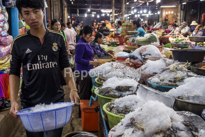 Siem Reap, Cambodia, workers in the market - David Bacon - 2015-12-27