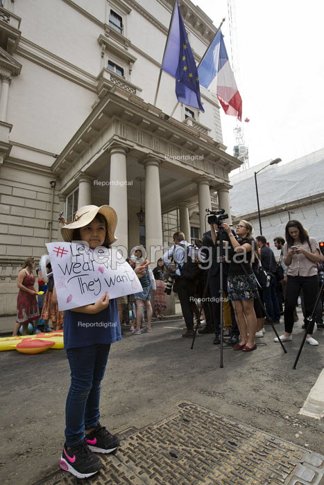 Burkini ban wear what you want beach party protest outside the French Embassy, Knightsbridge, London. - Jess Hurd - 2016-08-25