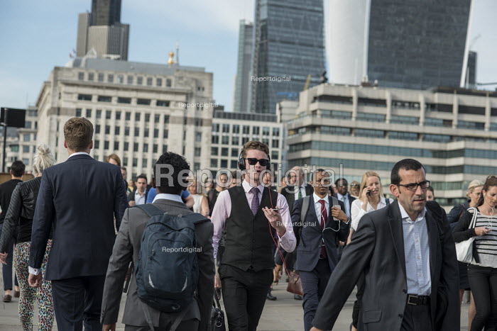 City of London workers walking across London Bridge during the evening rush hour - Philip Wolmuth - 2016-09-01