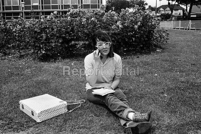 Di Cordwell, journalist with Labour Weekly, the Labour Party independent newspaper, reporting on a story from the NUPE strike, Barking Hospital, 1985. - Stefano Cagnoni - 1985-07-17