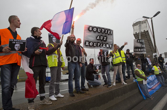 Blockade of truckers and farmers demanding Calais Jungle refugee camp closure joined by Port of Calais dockers. France. - Jess Hurd - 2016-09-05