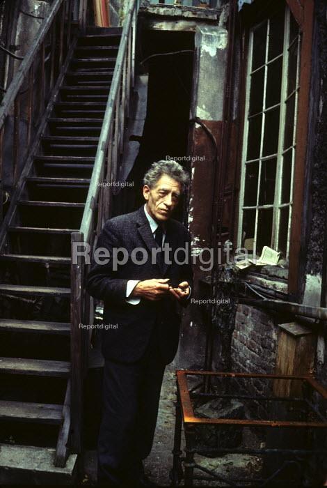 Alberto Giacometti, Swiss sculptor, painter, draughtsman and printmaker at his studio, Paris, 1965 - Romano Cagnoni - 1965-11-15