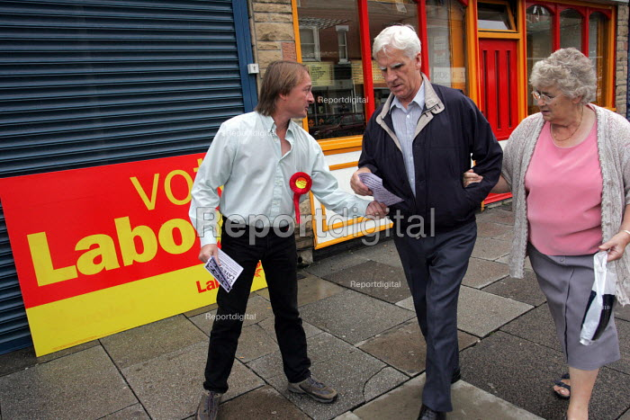 A Labour Party campaigner giving out leaflets on York Road in Hartlepool, 2004 by election campaign. - Mark Pinder - 2004-08-18