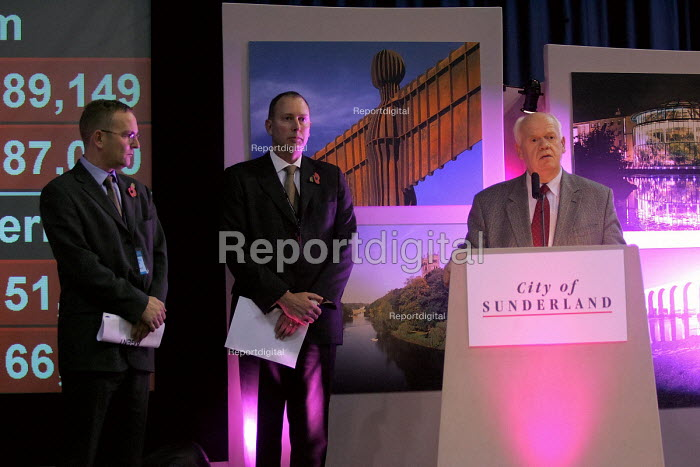 North east regional elected assembly. Sunderland, 5/11 2004. John Elliott who headed the No campaign and professor John Tomaney from the Yes campaign on stage at the count after the no result was announced. - Mark Pinder - 2004-11-05
