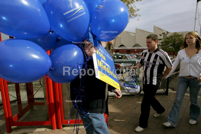 Hartlepool by election. Conservative party activists during a visit by Conservative leader Michael Howard to support his candidate Jeremy Middleton. Hartlepool - Mark Pinder - 2004-09-17