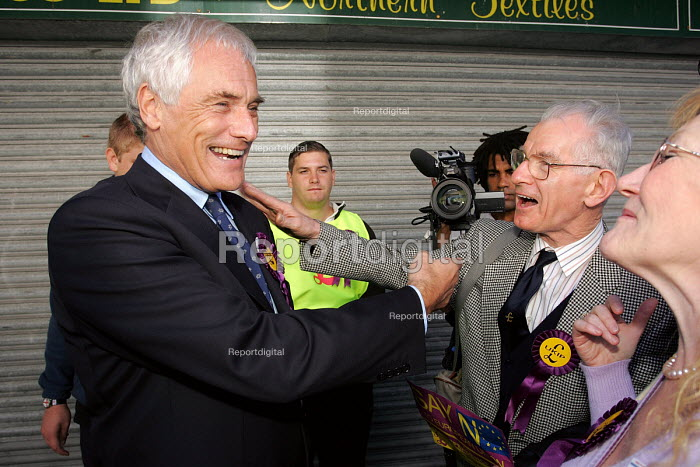 Hartlepool by election. UKIP MEP Kilroy Silk campaigning in the Hartlepool - Mark Pinder - 2004-09-18