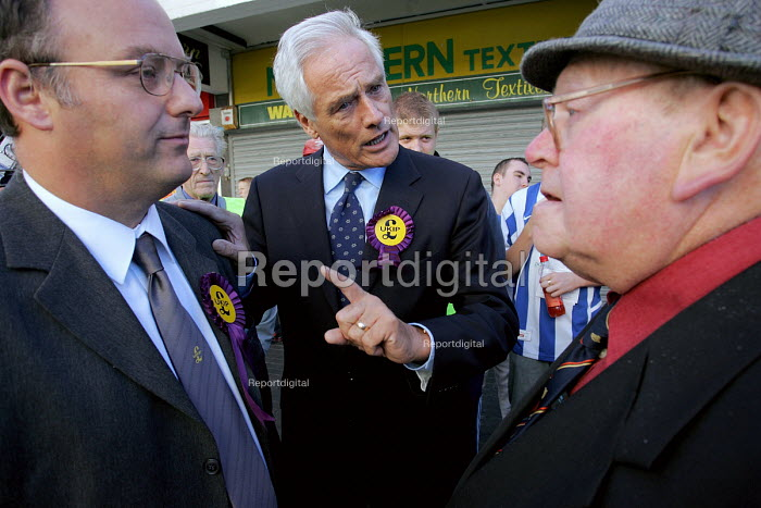 Hartlepool by election. UKIP MEP campaigning in the Hartlepool, Stephen Allison the UKIP candidate (L) - Mark Pinder - 2004-09-18