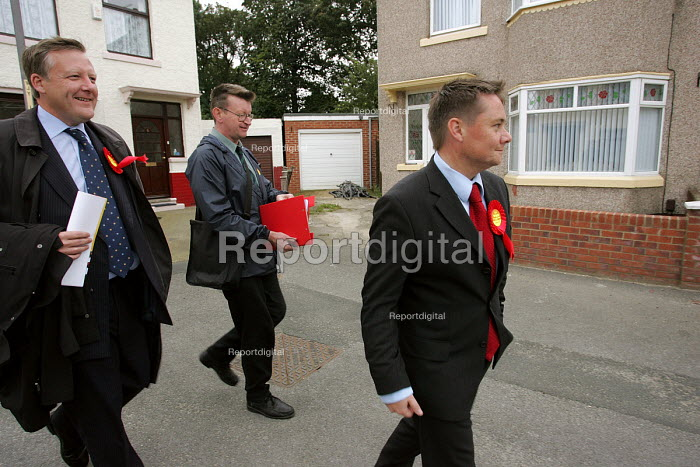 Hartlepool by election. Labour Party candidate Ian Wright canvassing on the streets of Hartlepool - Mark Pinder - 2004-09-22