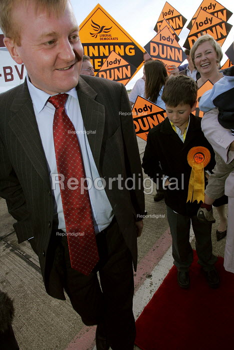 Hartlepool by election. Charles Kennedy Liberal Democrats Party arrives by light plane at Teesside Airport with candidate Jody Dunn - Mark Pinder - 2004-09-23