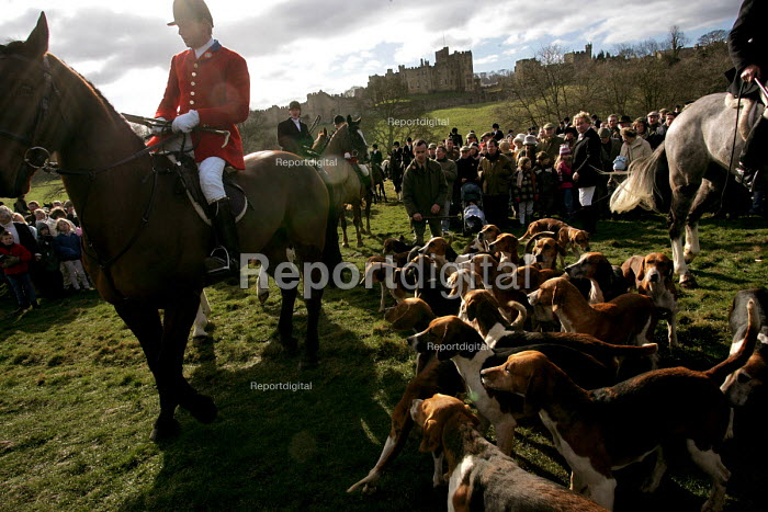 Huntsmen from the Percy Hunt Alnwick, Northumberland. The day after the hunting ban. - Mark Pinder - 2005-02-19