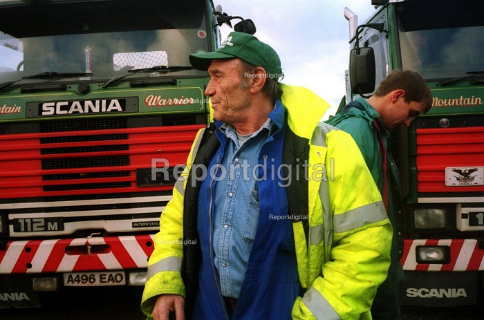 HGV lorry drivers Peoples Fuel Lobby convoy prior to departure for London. Birtley Truck stop, Birtley, Tyne and Wear, UK. - Mark Pinder - 2000-11-10