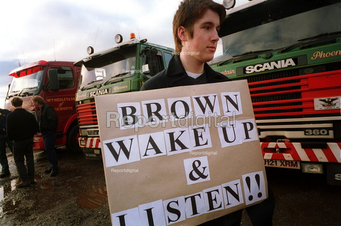 Peoples Fuel Tax Lobby convoy prior to departure for London. Birtley Truck stop, Birtley, Tyne and Wear, UK. - Mark Pinder - 2000-11-10