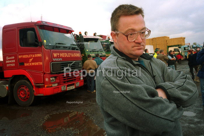 Andrew Spence at the Peoples Fuel Lobby convoy prior to departure for London. Birtley Truck stop, Birtley, Tyne and Wear, UK. - Mark Pinder - 2000-11-10