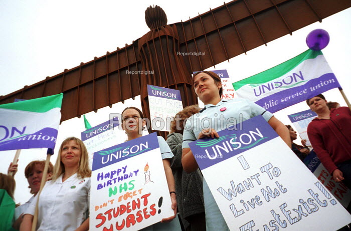 North-eastern student nurses protest at the Angel of the North against bursary payments which they claim gives them salaries equivalent to �2.60 an hour. Gateshead on Tyne, 5/7 2000. - Mark Pinder - 2000-07-05