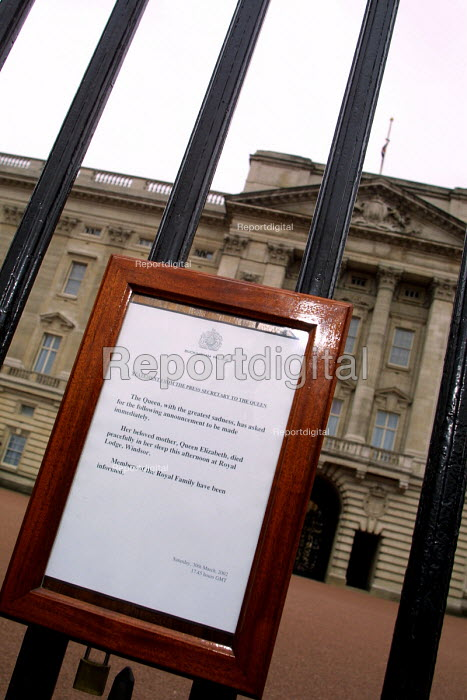 The queens announcement of her mothers death attached to the gates of Buckingham Palace. - Mark Pinder - 2002-03-31