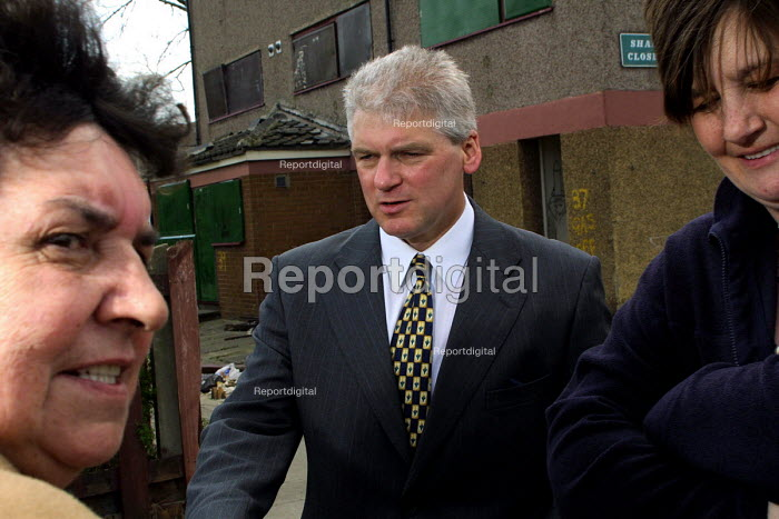 Ex policeman and pioneer of zero tolerance policing Ray Mallon who is standing for Mayor of Middlesbrough canvassing in North Ormesby near Middlesbrough. 23/4/2002. - Mark Pinder - 2002-04-23
