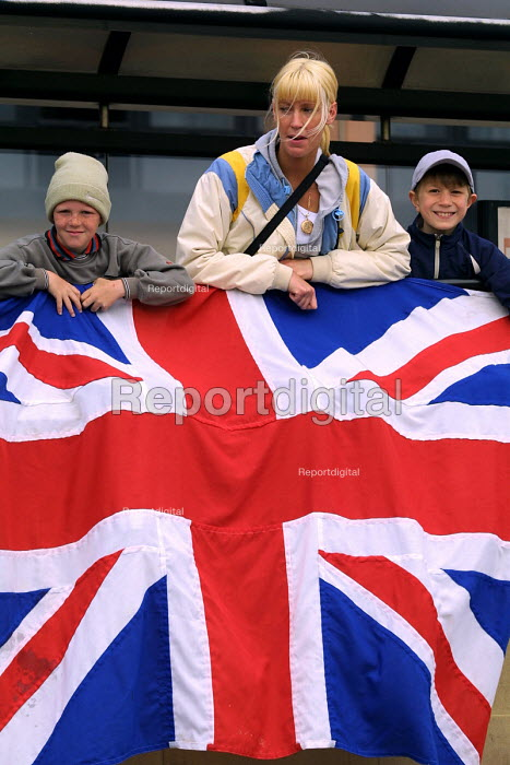Members of the public at the official royal opening of the Gateshead Millenium bridge hoping for a glance of the Queen. Newcastle Upon Tyne. 7/5 2002. - Mark Pinder - 2002-05-07