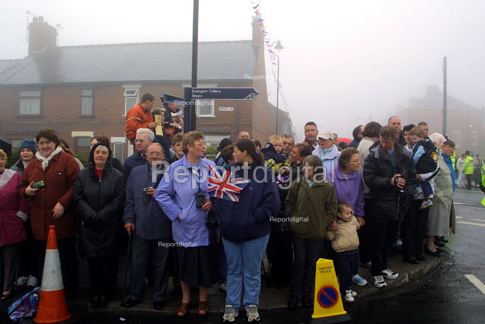 Working class royalists waiting for the arrival of the Queen in Easington Colliery on the second day of her jubilee tour to the nort-east of England.Easington Colliery, Co Durham, the former mining town. - Mark Pinder - 2002-05-08