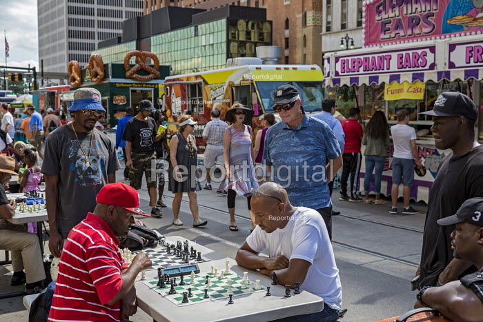 Detroit, Michigan, Men playing chess on the street during the Detroit Jazz Festival - Jim West - 2016-09-04