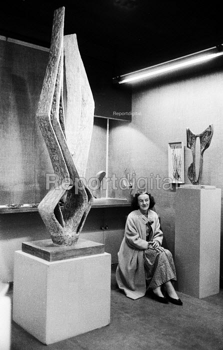 Sculptor Barbara Hepworth with her artwork Cantate Domino, Gimpel Fils Gallery, London 1958 - Alan Vines - 1958-06-03