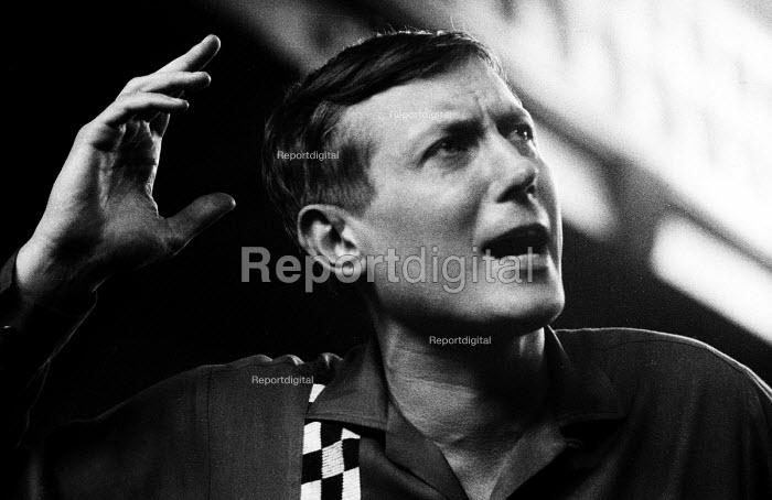Russian poet Yevgeny Yevtushenko reciting his poetry London 1962 - Romano Cagnoni - 1962-04-30