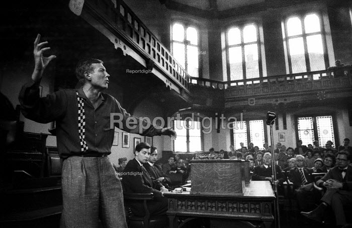 Russian poet Yevgeny Yevtushenko reciting his poetry London 1962 - Romano Cagnoni - 1962-04-30