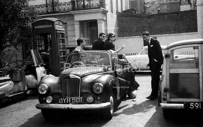 Affluent young people talking together in Chelsea, Spring 1963 - Romano Cagnoni - 1963-04-23