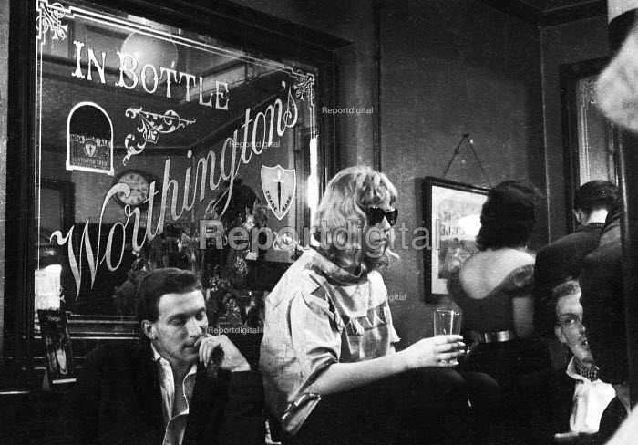 Affluent young couple in a pub in Chelsea, Spring 1963 - Romano Cagnoni - 1963-04-23