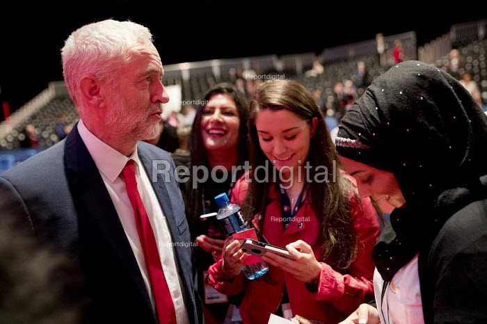 Jeremy Corbyn talking to supporters, Labour Party conference Liverpool. - Jess Hurd - 2016-09-25