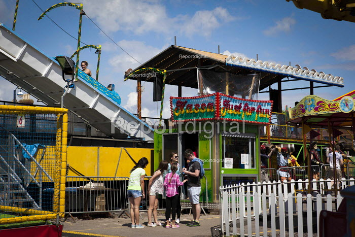 Tourists using the Barry Island Pleasure Park. Barry Island, South Wales - Connor Matheson - 2016-07-31