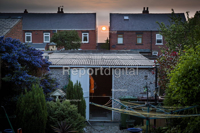 Sun setting inbetween houses. Ryhill, Wakefield, West Yorkshire - Connor Matheson - 2016-06-04