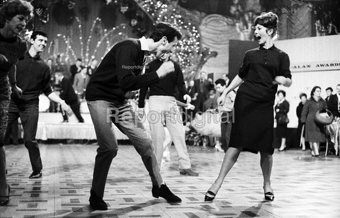 Professional dancer Lionel Blair dancing The Twist with other dancers London 1964 - Romano Cagnoni - 1964-05-04