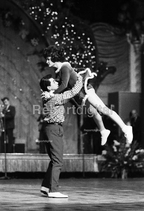 Young couple dancing London 1964 - Romano Cagnoni - 1964-05-04