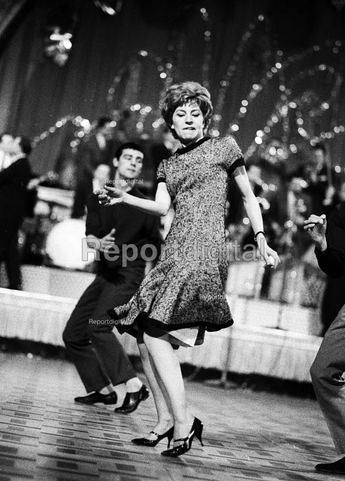 Young woman dancing The Twist London 1964 - Romano Cagnoni - 1964-05-04