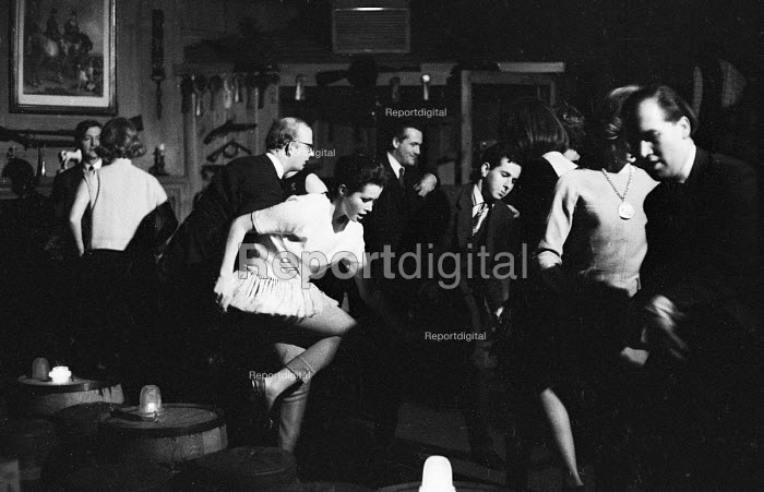 Dancing The Twist in a London club 1964 - Romano Cagnoni - 1964-05-04