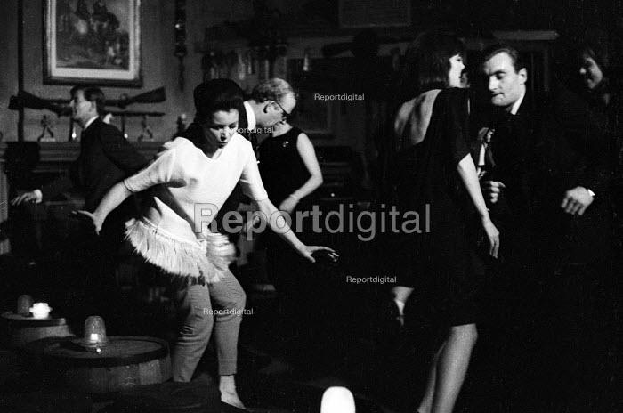 Dancing The Twist in a nightclub London 1964 - Romano Cagnoni - 1964-05-04