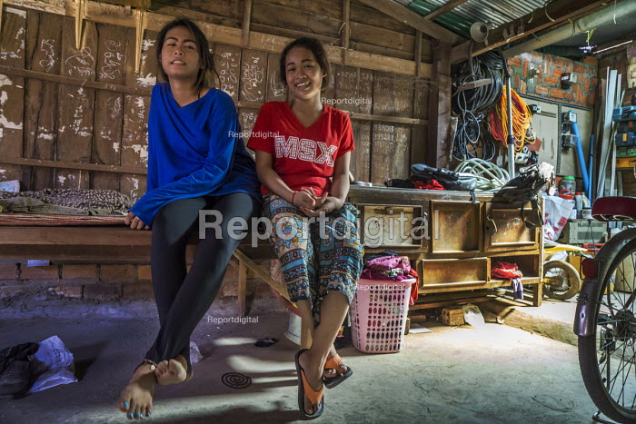 Battambang, Cambodia, farmers displaced from the countryside have built homes along an alleyway - David Bacon - 2015-12-25
