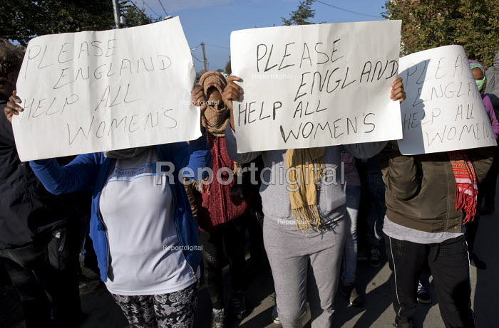 Women protest against the demolition of the makeshift Jungle refugee camp by French authorities. Calais, France. - Jess Hurd - 2016-10-25