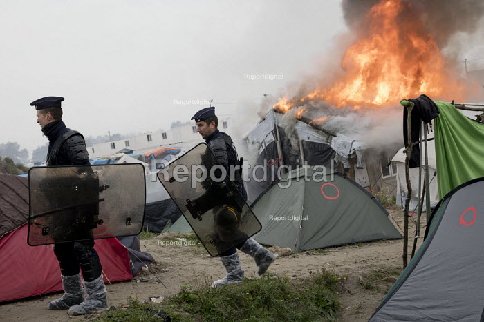 Fires rage during the eviction of refugees from The Jungle camp, Calais, France - Jess Hurd - 2016-10-26