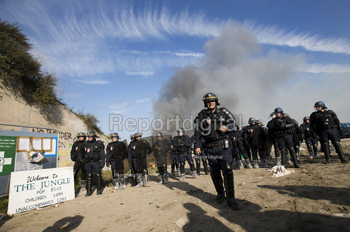 CRS police close the entrance, eviction of refugees from the Jungle camp, Calais, France - Jess Hurd - 2016-10-26