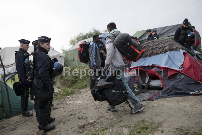 Refugees forced to leave the makeshift Jungle camp by riot police during the eviction. Calais, France. - Jess Hurd - 2016-10-26