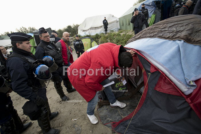 Immigration Officers and Police searching tents, eviction of refugees in the Jungle camp, Calais, France - Jess Hurd - 2016-10-26