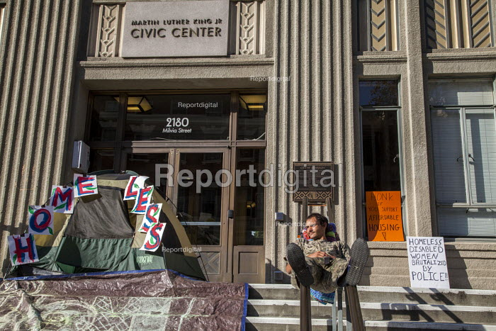Berkeley, California Homeless activists move their camp onto the steps of Berkeley City Hall after being forced to disband their camp in front of the homeless service agency Impact HUB on Adeline Street. It is a protest against policies by Berkeley City Council and the arrest of 4 activists during the early morning raid - David Bacon - 2016-11-05