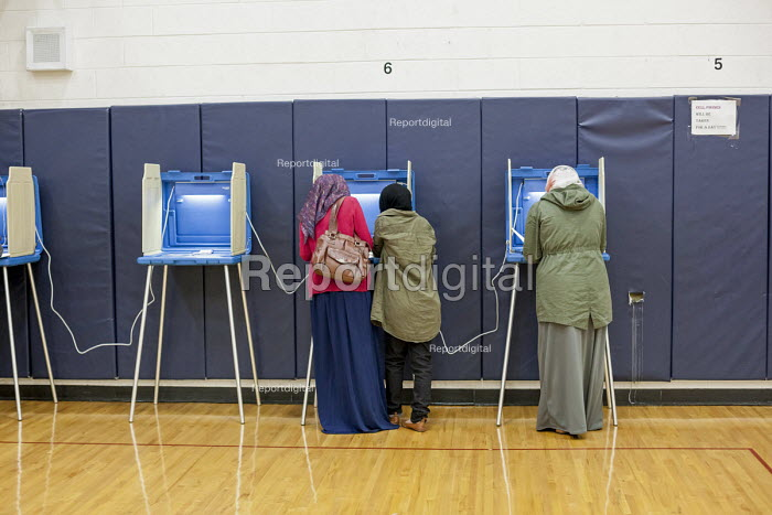 Michigan, USA 2016 Presidential election voting at a Dearborn Elementary School in a heavily Arab-American and Muslim neighborhood - Jim West - 2016-11-08