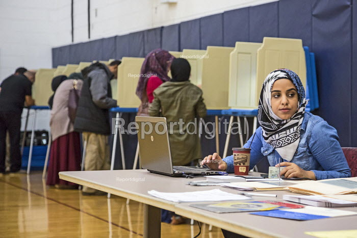 Michigan, USA 2016 Presidential election official watching voters at Salina Elementary School in a heavily Arab-American and Muslim neighborhood. - Jim West - 2016-11-08