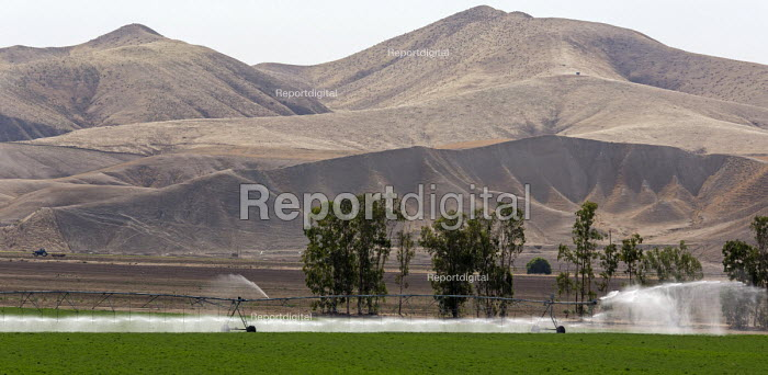 Bakersfield, California: Irrigation of crops on a farm, San Joaquin Valley - Jim West - 2016-06-25