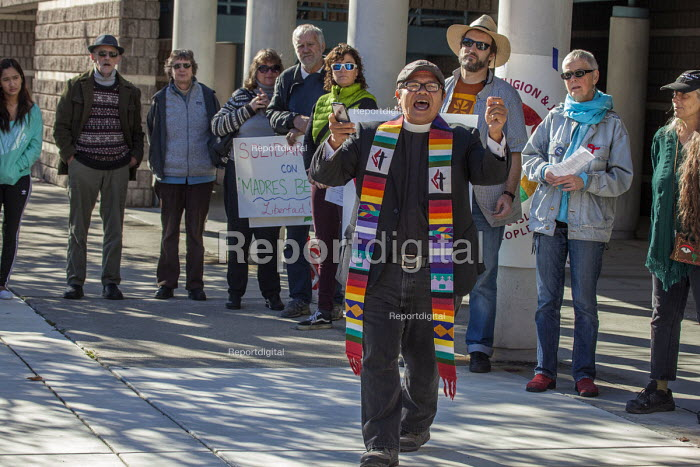 California, USA People of faith vigil outside the Richmond Immigration Detention Centre where immigrants are held before being deported. Donald Trump has promised to deport millions - David Bacon - 2016-12-03